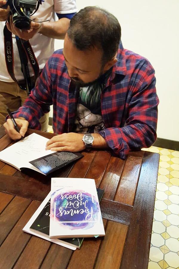 Servidor Samuel Marinho autografando livros